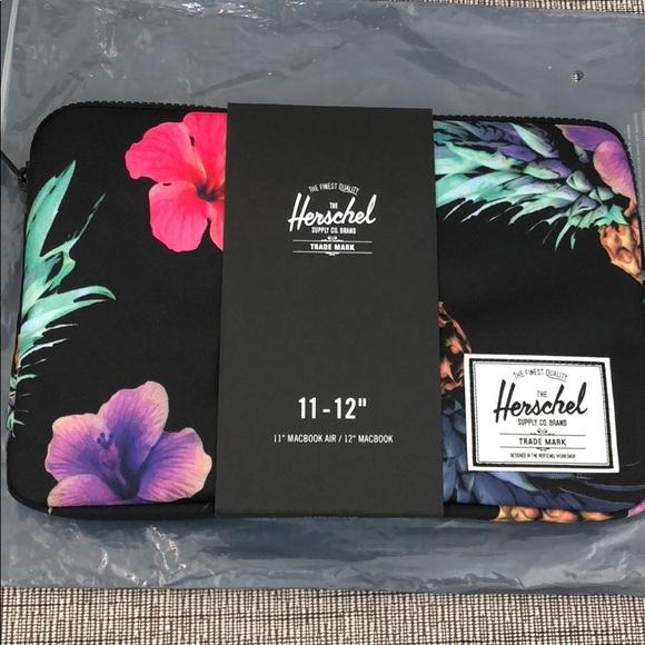 the latest f32a9 6e5fd Herschel black pineapple MacBook Air case NWT
